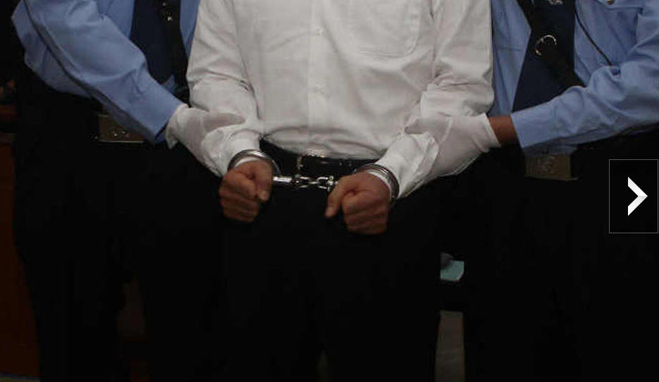 薄熙来被戴上戒具带出法庭;